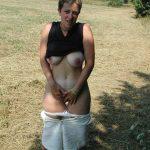 Julie, libertine aime baiser dans les champs exhib