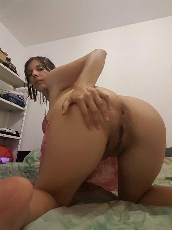 AnaIs maman soumise montre son cul
