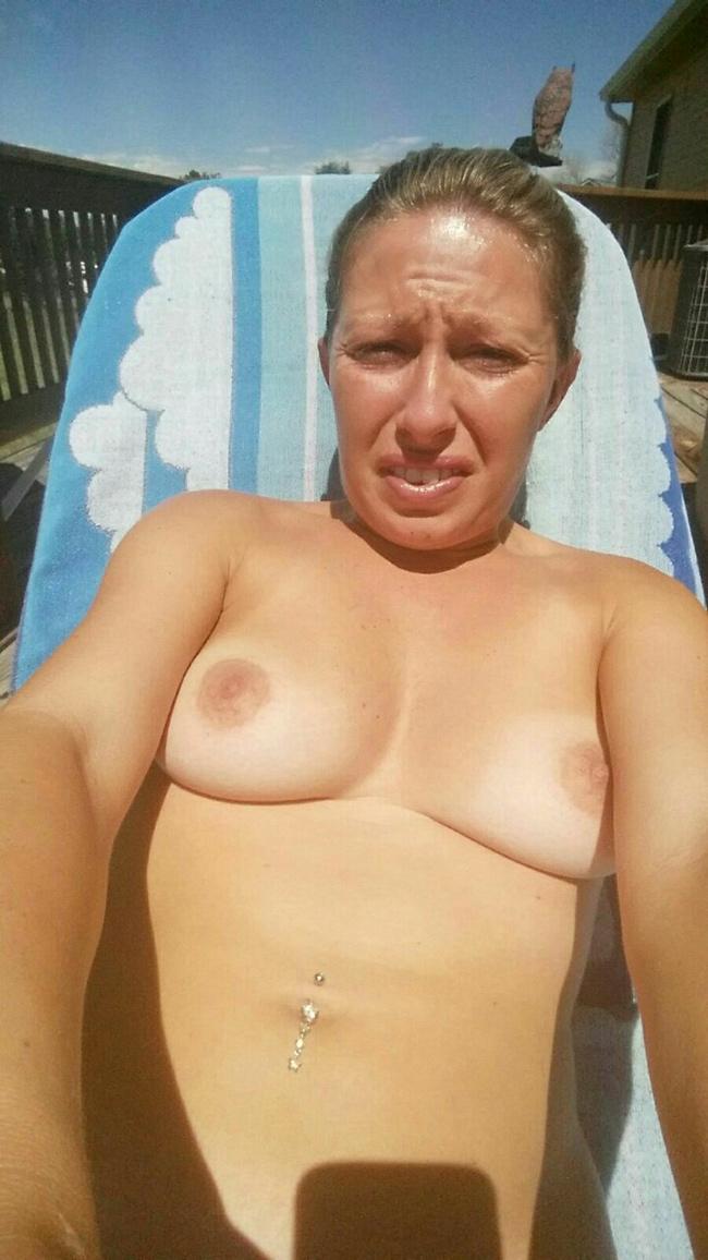 Séance de bronzage seins nus